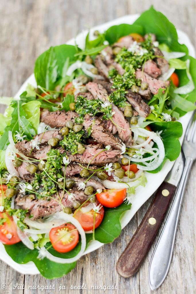 Salat grillitud rohumaaveise skirt steigi ja chimichurri kastmega_lihapood.ee